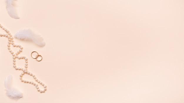 Anéis de noivado de vista superior com espaço de cópia Foto gratuita