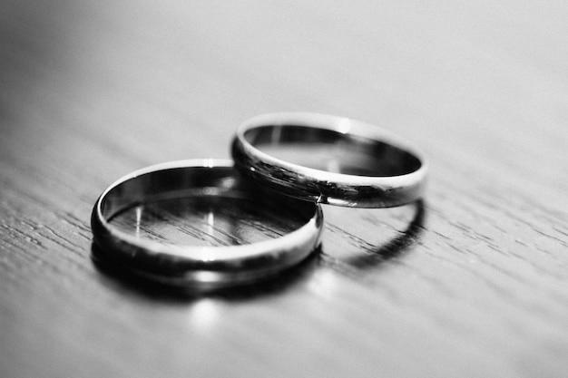 Anéis dos recém-casados na cor preto e branco de mesa Foto Premium