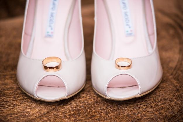 Anéis estão no lugar da noiva Foto Premium