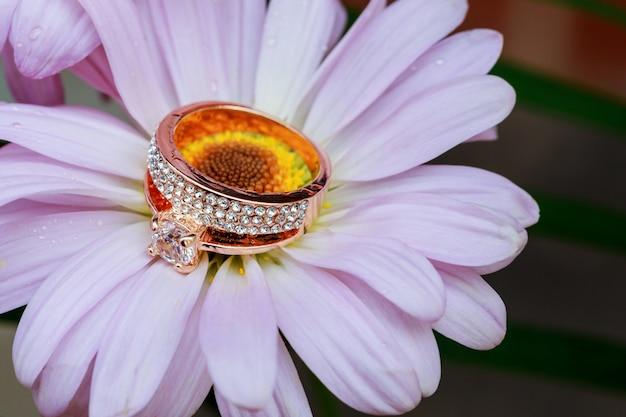Anéis, ouro com uma decoração de flor branca Foto Premium