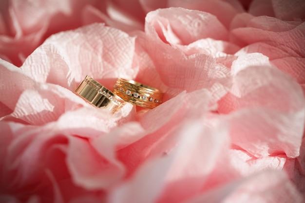 Anel de casamento em flores Foto Premium