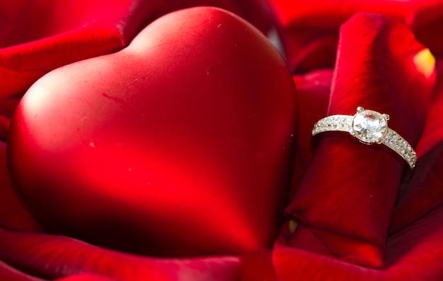 Anel de diamante dourado e rosa Foto Premium