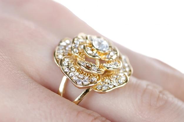 Anel de joalharia usado no dedo Foto Premium