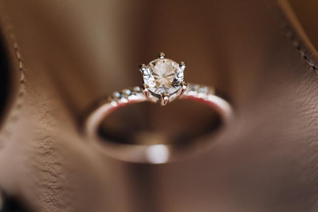 Anel de noivado com um diamante Foto gratuita