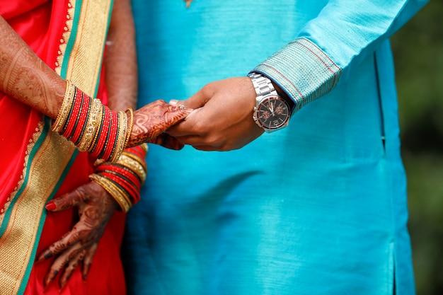 Anel de noivado de ouro na mão de casal Foto Premium