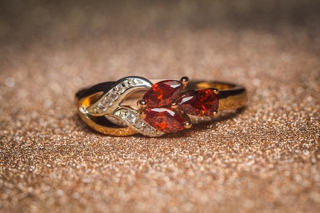 Anel de ouro com pedras vermelhas Foto Premium