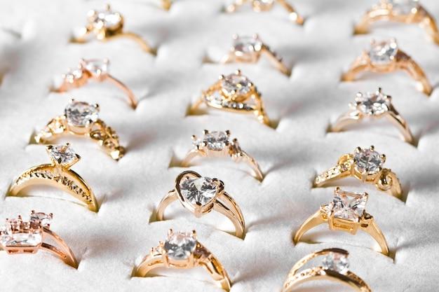 Anel de ouro e diamantes Foto gratuita