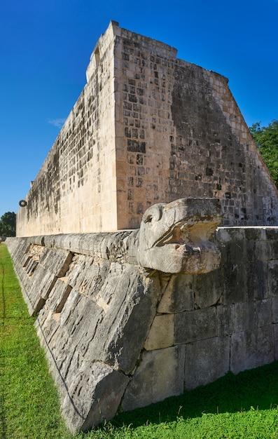 Anel de pedra de chichen itza tribunal de jogo de bola de maia Foto Premium
