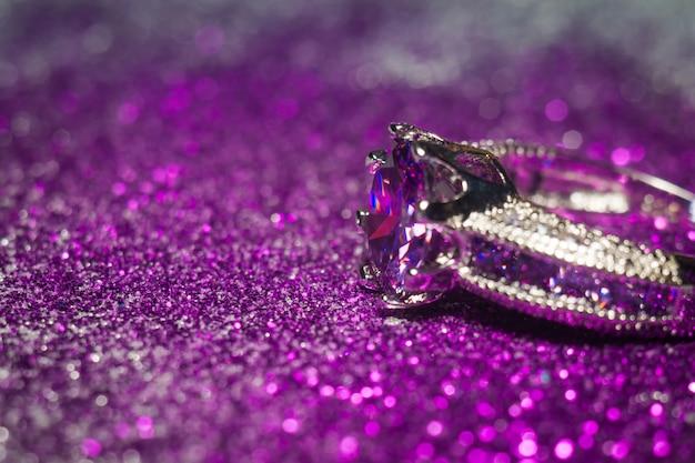 Anel de prata com zircão roxo Foto Premium