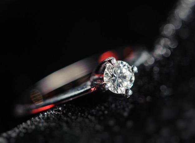 Anel de prata sobre um fundo preto. imagem macro Foto Premium