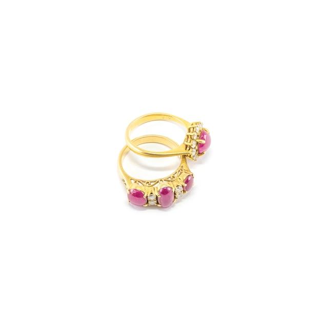 Anel de seixo rosa linda closeup isolado Foto Premium
