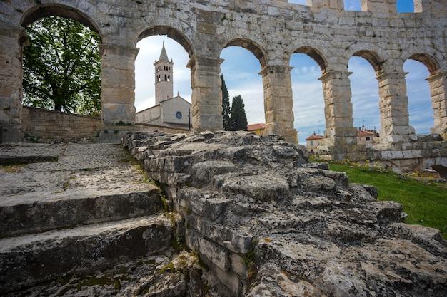 Anfiteatro romano antigo em pula, croácia Foto Premium