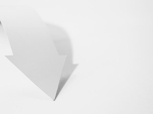 Ângulo alto da seta do livro branco Foto gratuita