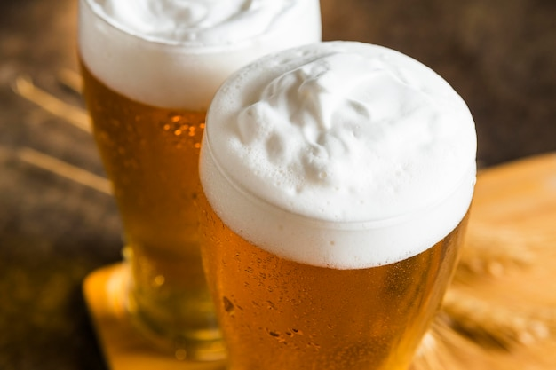 Ângulo alto de copos de cerveja Foto gratuita