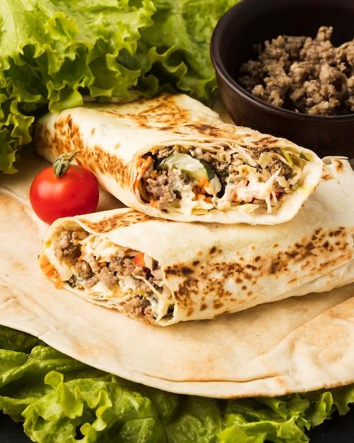 Ângulo alto de delicioso kebab com carne e salada Foto gratuita