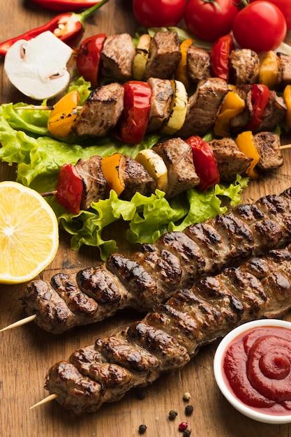 Ângulo alto de delicioso kebab com limão e ketchup Foto gratuita