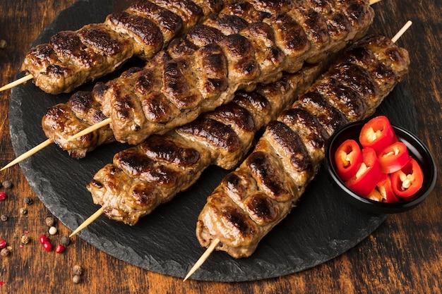 Ângulo alto de saboroso kebab com carne na ardósia Foto Premium