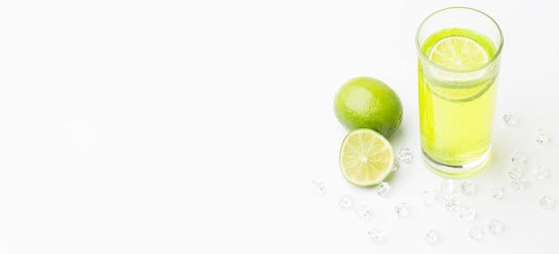 Ângulo alto de suco de limão em vidro com espaço de cópia Foto gratuita