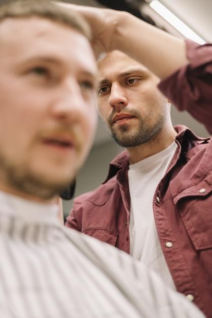 Ângulo baixo do conceito de barbearia Foto gratuita