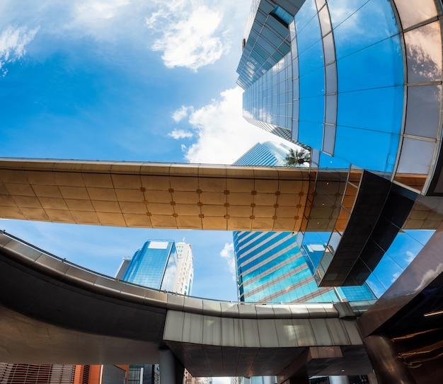 Ângulo, vista, de, arranha-céus, com, via expressa, ponte, em, distrito Foto Premium