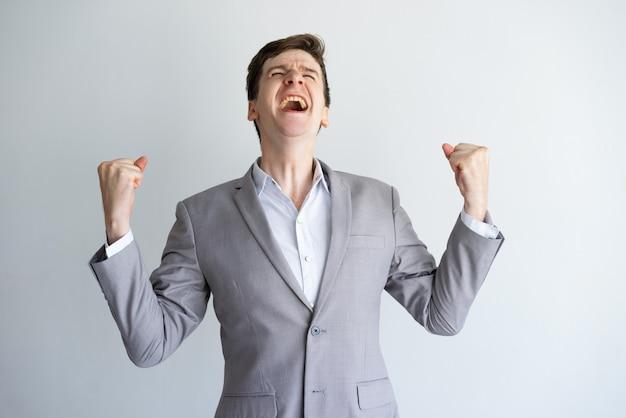 Animado, jovem, homem negócios, desfrutando, sucesso Foto gratuita