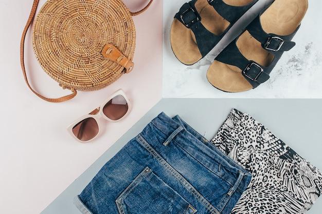 Animal print t-shirt, shorts jeans azul, saco de vime moda, óculos de sol. Foto Premium