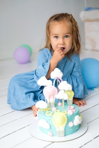 Aniversariante feliz por ter um bolo de aniversário Foto Premium