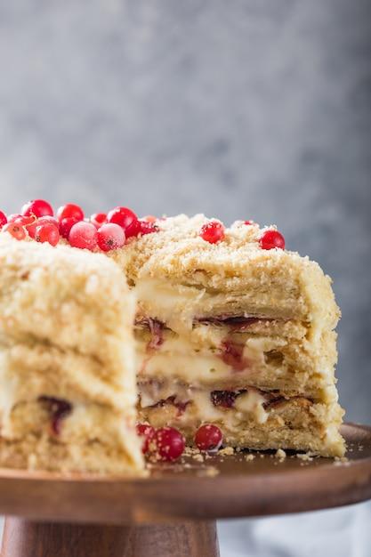 Aniversário camada cremosa bolo napoleão ou bolo picado. confeiteiro decorado com frutas em uma assadeira, doçura deliciosa. o conceito de pastelaria caseira, torta de cozinha. Foto Premium