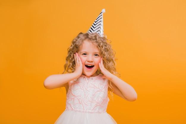 Aniversário de menina bebê sorrindo em laranja Foto Premium
