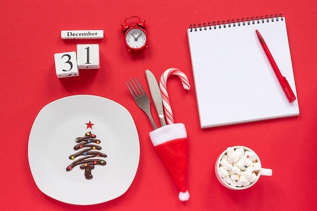 Ano novo calendário de composição 31 de dezembro. árvore de natal de chocolate doce no prato, Foto Premium