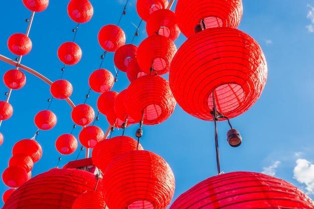 Ano novo chinês lanternas com céu azul Foto Premium