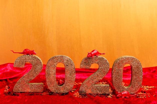 Ano novo chinês número dourado com estatuetas de rato Foto gratuita