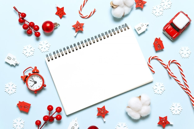 Ano novo conceito de natal de férias de inverno, escrevendo no caderno com presentes e decoração em fundo azul Foto Premium