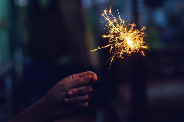 Ano novo diamante nas mãos de mulher. Foto Premium