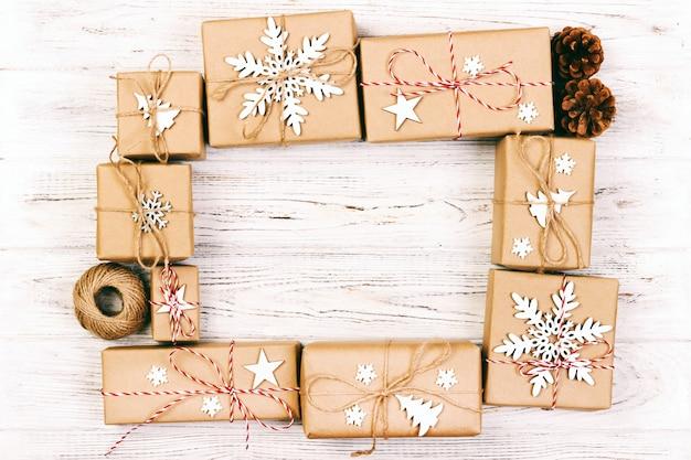 Ano novo e composição de quadro de natal. caixas de presente de natal embrulhado artesanal com decoração em branco com copyspace vazio Foto Premium