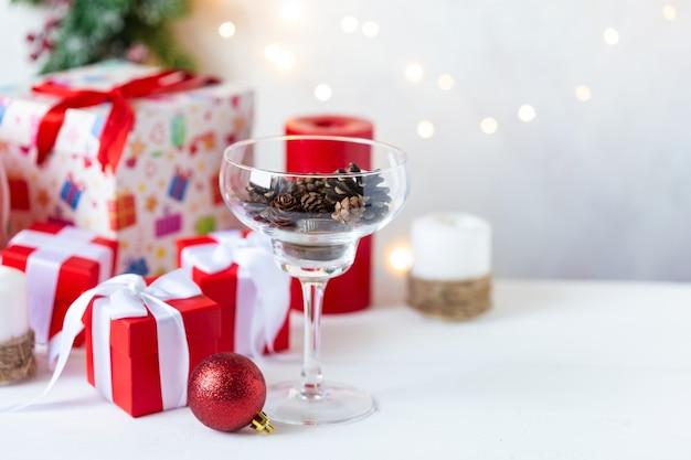 Ano novo e natal. brinquedos, presentes, árvore, copo com cones, guirlanda Foto Premium