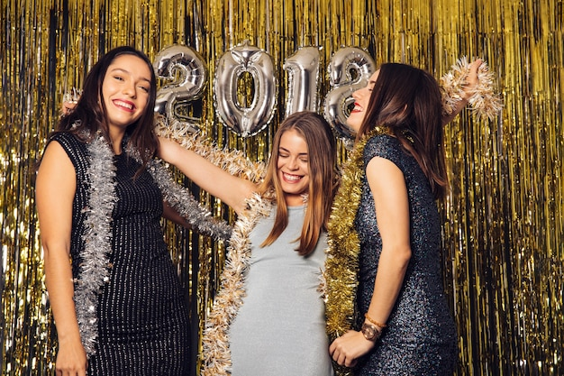 Ano novo festa do clube com meninas felizes Foto gratuita