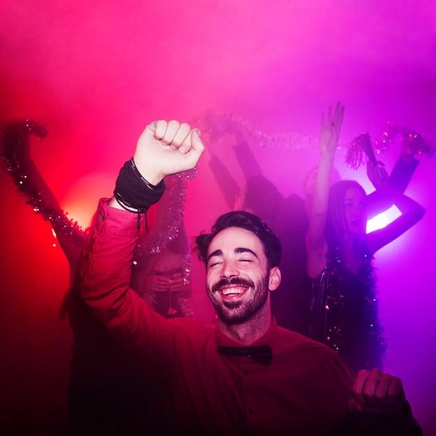 Ano novo na boate com homem feliz Foto gratuita