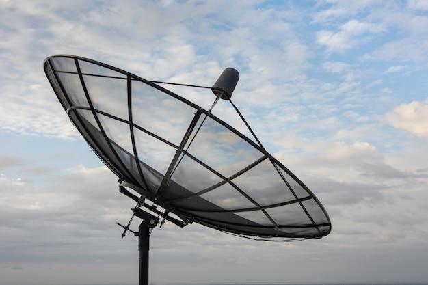 Antena parabólica com céu azul | Foto Premium