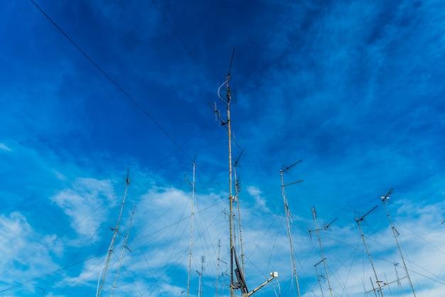 Antenas de televisão no telhado de um edifício velho com céu dramático. Foto Premium