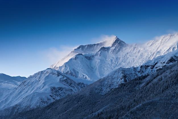 Antes do amanhecer em montanhas de annapurna Foto Premium