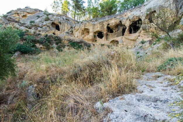Antiga aldeia bizantina canalotto - sítio arqueológico em calascibetta, sicília, itália Foto Premium