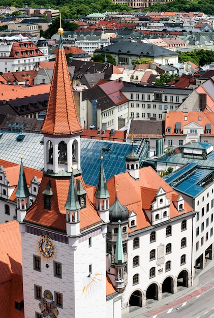 Antiga câmara municipal e telhados de munique Foto Premium