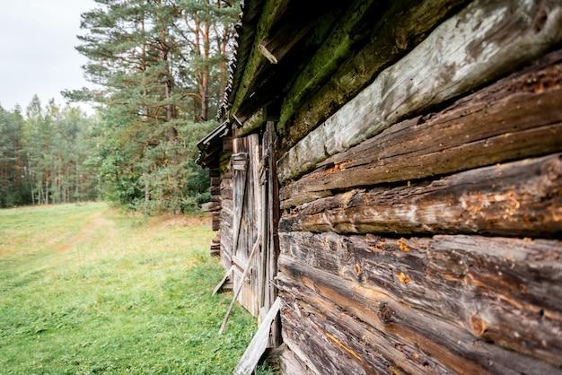 Antiga casa de toras de madeira perto da floresta Foto Premium
