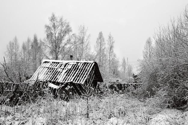 Antiga casa rural na neve Foto Premium