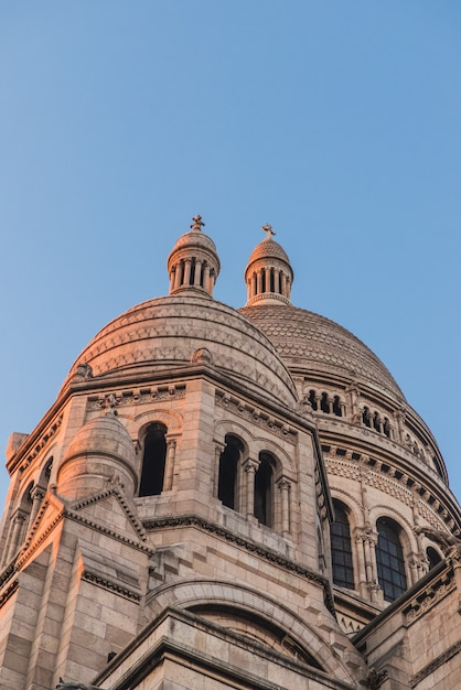 Antiga catedral com torres Foto gratuita