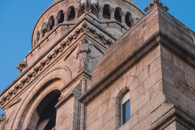 Antiga catedral de concreto com estátua Foto gratuita
