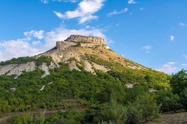 Antiga cidade de caverna no monte tepe-kermen na crimeia Foto Premium