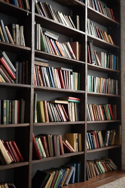 Antiga estante com muitos livros Foto Premium
