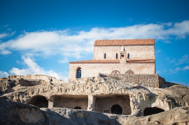 Antiga igreja ortodoxa na cidade antiga caverna uplistsikhe, geórgia Foto gratuita